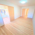 【1階9畳洋室別アングル】約9帖のゆったりとしたお部屋になりますので、主寝室としてもお使いいただけます。天井・壁のクロス、床材を張り替えました。(内装)