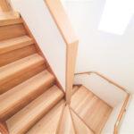 【階段】階段は新しく手すりを設置し、床材を張り替えました。照明も交換することで暗くなりがちな階段も明るい印象になるようにリフォームを行っていきました。(内装)