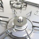 【三口コンロ】新品交換予済みのキッチンは3口コンロで同時調理が可能。大きなお鍋を置いても困らない広さです。お手入れ簡単なコンロなのでうっかり吹きこぼしてもお掃除ラクラクです。