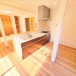 【キッチン】キッチンはLIXIL製の新品に交換しました。天板は人造大理石製なので、熱に強く傷つきにくいため毎日のお手入れが簡単です。(キッチン)