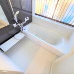 【浴室】浴室はTOTO製の新品のユニットバスに交換しました。足を伸ばせる1坪サイズの広々とした浴槽で、1日の疲れをゆっくり癒すことができますよ。(風呂)