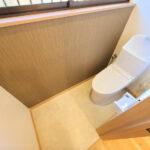 【トイレ】トイレはTOTO製の温水洗浄機能付きに新品交換しました。表面は凹凸がないため汚れが付きにくく、継ぎ目のない形状でお手入れが簡単です。節水機能付きなのでお財布にも優しいですね。